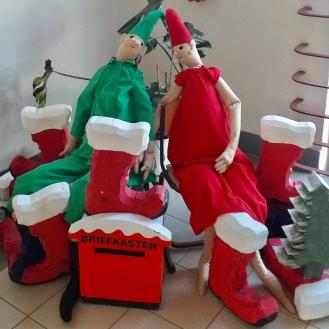Weihnachtsdekoration im Schulgebäude